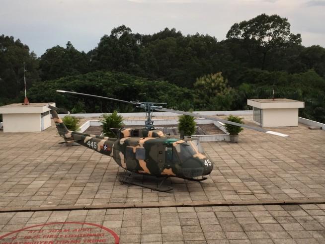迷彩色のヘリコプター。プロペラが長いのが印象的でした。