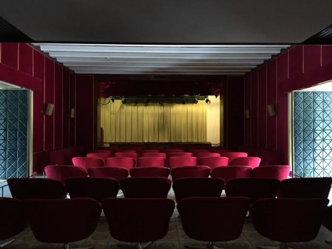 ここで映画を見ても落ち着かない気がします。