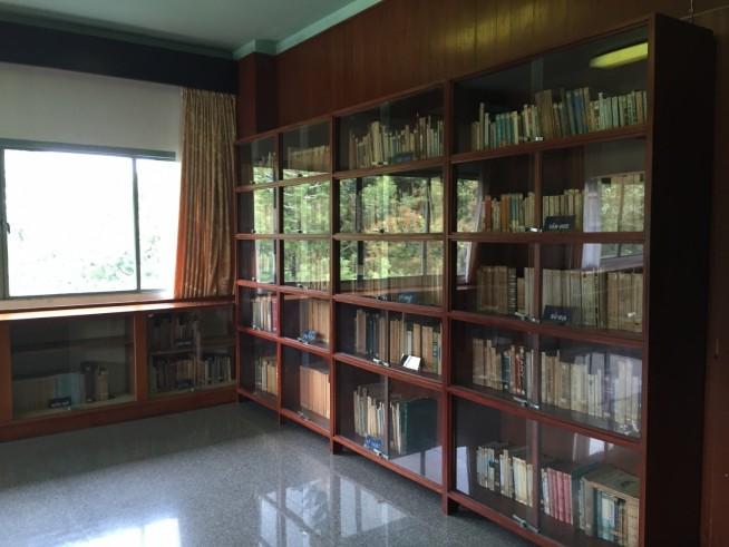 机もあり、図書室というよりは書斎に近いです。