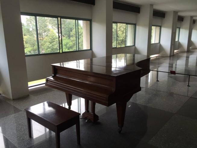 ここでピアノを弾くと、廊下にすごい響きそう。