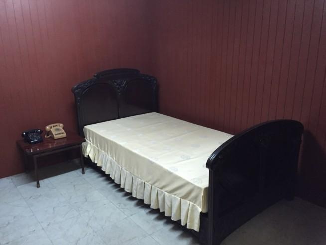 緊急事態にもすぐ対応できるよう、軍事施設の近くに寝室部屋があります。