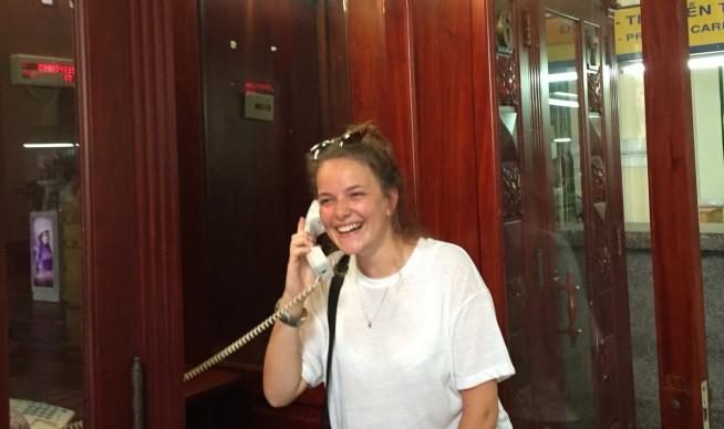 公衆電話で国際電話をかけるイメージ