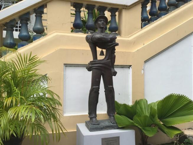 ブロンズ像は建物の中庭にもあります。