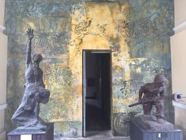 左の像は肋骨が浮き出てることから、いかに戦争当時の食料が少なかったかがわかります。
