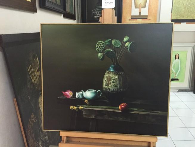 何かすごい惹かれました。黒ベースの背景に、青の花瓶を始め写生されているものの濃淡などがはっきりしています。