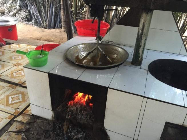 炭火でじっくり温めながら、ココナッツキャラメルになるものを練る練るねーる。