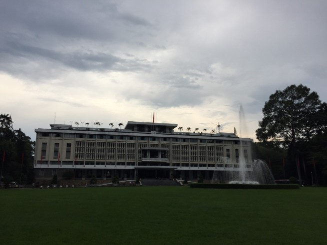 建物と噴水を背景に記念写真を撮ってる人、団体さんがたくさんいました。