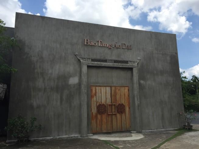 ファッションショーの建物のわりには、コンクリートの打ちっ放しだけで少し暗い印象です。