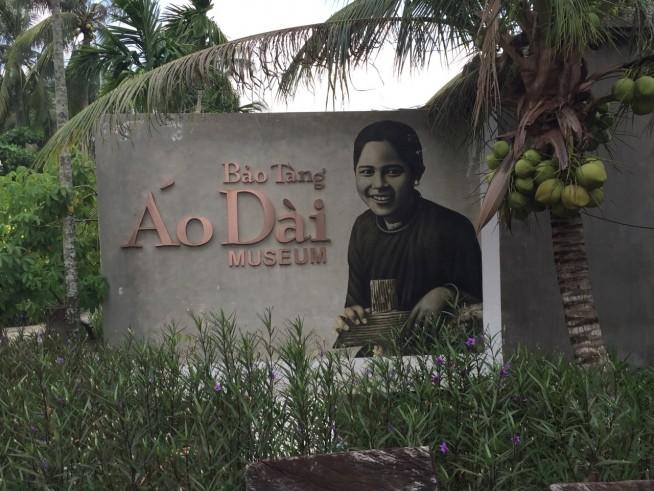 石碑の隣の木はココナッツの木で、敷地内にはたくさんのココナッツの木があります。