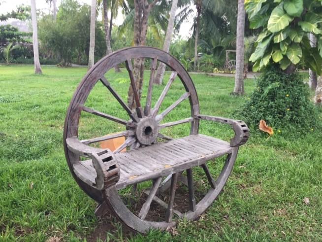 背もたれする車輪の側面には、タイヤ代わりの鉄があり、改めて、椅子がリサイクル品だと実感した。