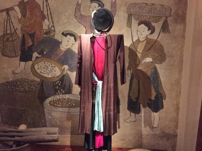 今のアオザイとはスタイルがかなり異なります。中に肌着・下着を着て、その上に何かを羽織るようになっています。
