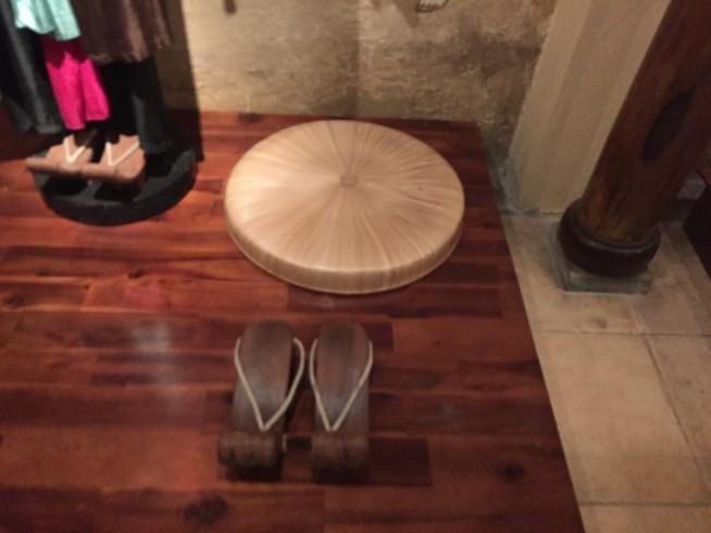 女性が履いてた靴もあります。底が10センチ近くあり、厚底です。