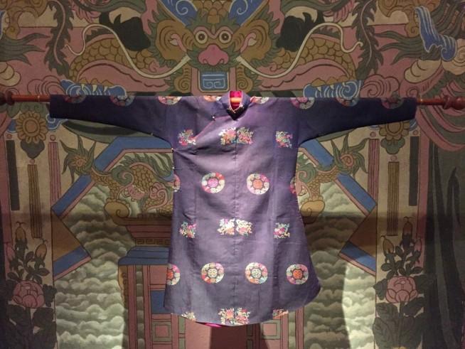デザインが現代のアオザイにと同じになり、ここ100年のアオザイのデザイン変化が気になりました。