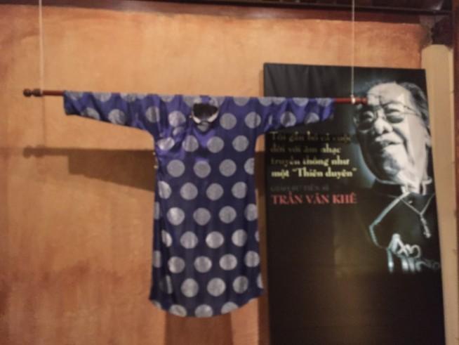 日本で着物をきて、お琴を弾く感じですね。一度アオザイ着た音楽家の演奏を聴いてみたいものです。