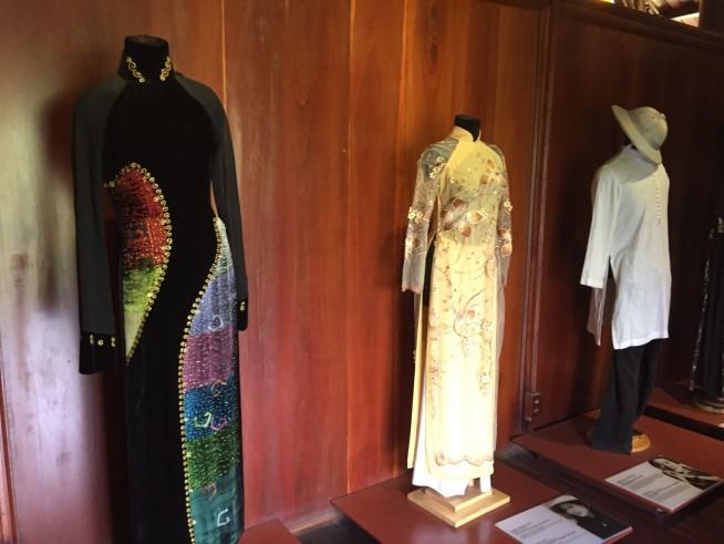 左がHOAI LINHさんがデザインしたものです。右のアオザイは、田植えしている人が着てそうな感じです。