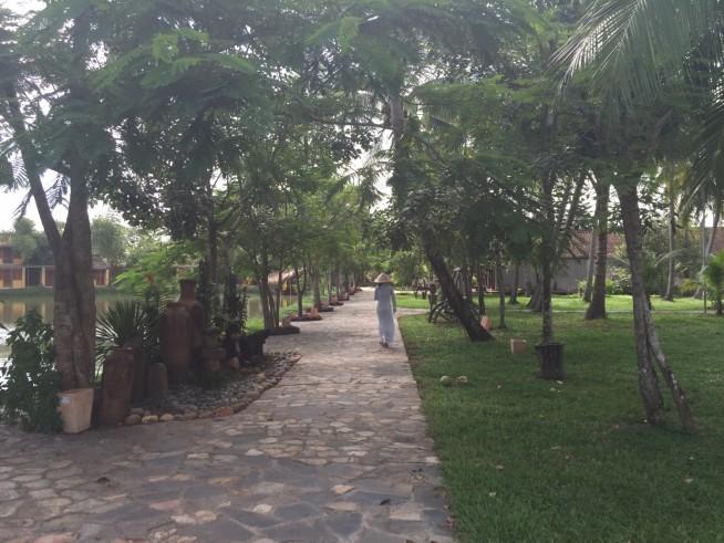 こういう道を歩くだけで、南国にいるような気分になります。