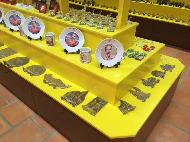 ホー・チミンさんが描かれたお皿や、腕輪、銀色の仏像などがこちらのブロックにはあります。