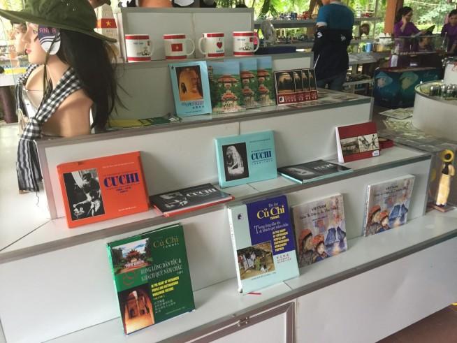 プチ遺跡、歴史についての本が売られています。ベトナム語と英語の両方あります。