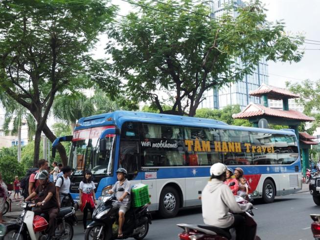 公園側にはよくバスが止まっている