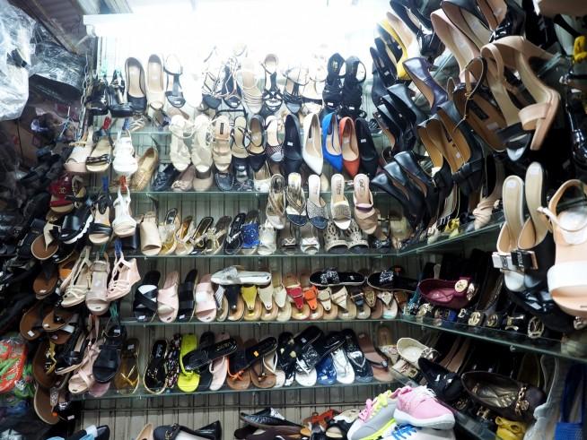 大量に並ぶ靴