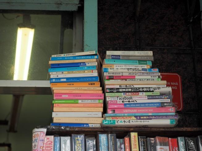 少ないけれど日本語の本も!