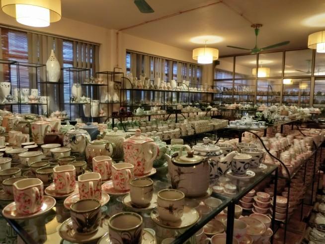 陶器がひたすら並んでいます