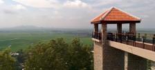 チャウドックの「サム山」の寺院を巡り、メコンデルタの平原を見下す。