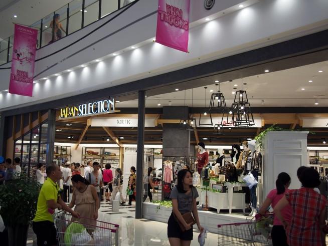 日本のお店が並ぶ1階