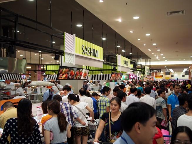 惣菜コーナーのお寿司はハノイでも大人気