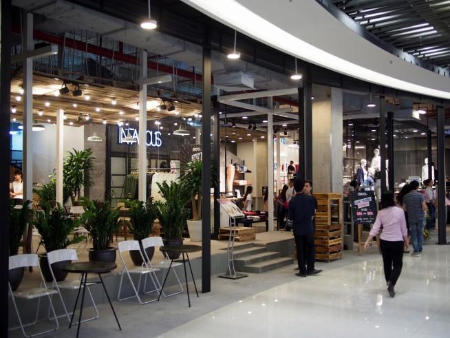 カフェ併設のファッションショップ