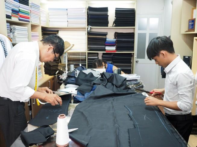 ちょうど日本人の方のスーツを仕立てている最中