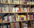 たくさんの日本語の本が並ぶ本棚。英語やベトナム語もあります。