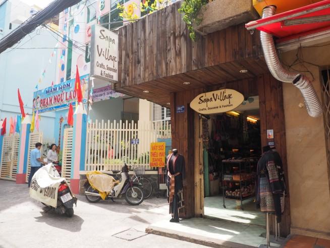 道の西側にある1号店