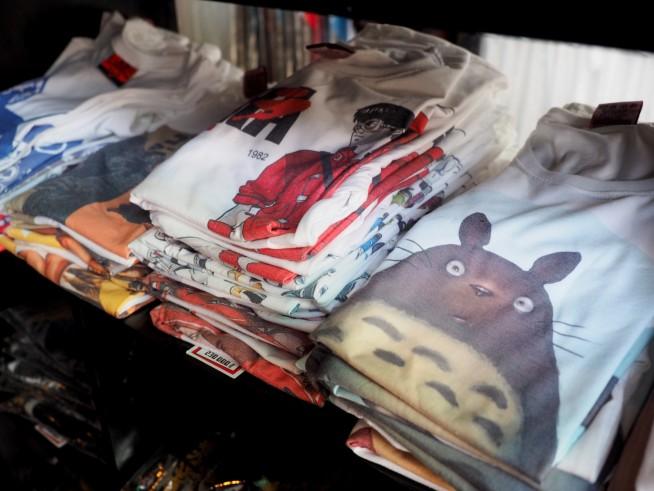 様々なキャラクターTシャツが並ぶ