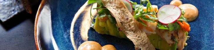 ELEVEN CAFE & BISTRO での ASIAN FUSION FOOD-味覚のアドベンチャーと東西風の体験を織り交ぜた料理。