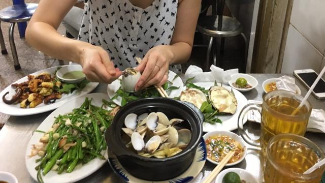 大好きな貝とホビロンを食べてるところ