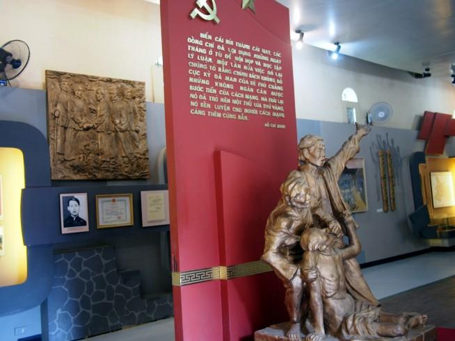 資料館入口の像