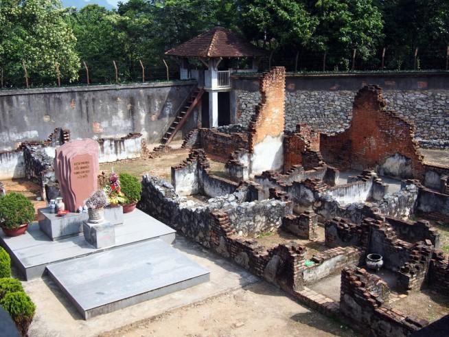 敷地中央には記念碑が建てられています