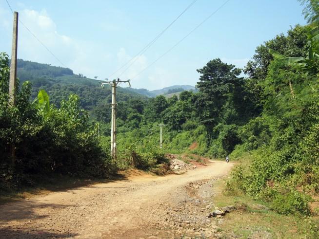 ソンラ市から未舗装路を通っていきます