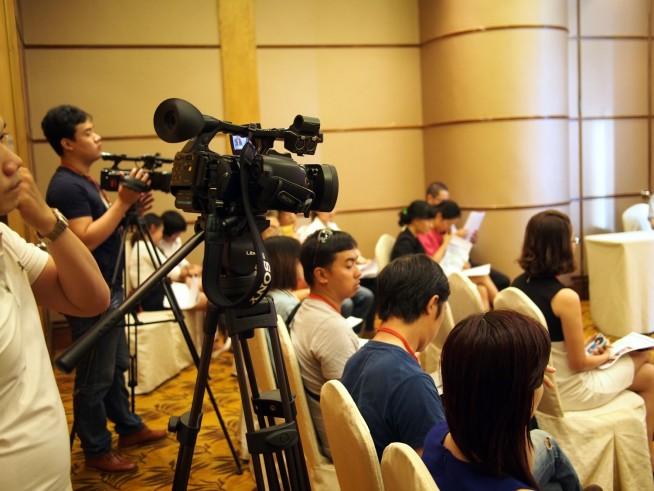 記者会見にはベトナムのメディアが集まった