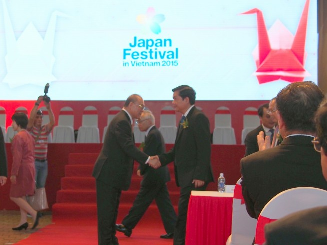 両国来賓入場の際に握手を交わす武部勤実行委員長とディンラタン交通運輸大臣