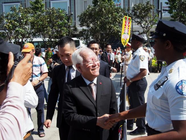 パレード後の握手を交わすベトナム政府担当者とNY市警