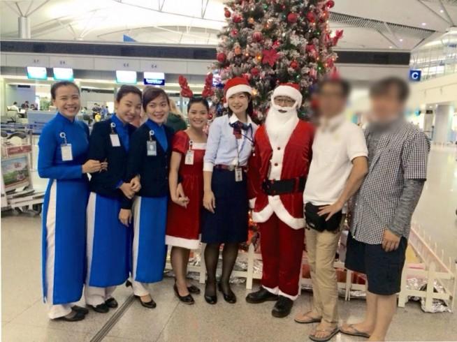 クリスマスの時期にうちの整備士さんがサンタに扮してお客様をチェックインカウンターでお迎えしたもの。ホーチミン発の便は、搭乗中のお客様に喜んで頂きたくて飛行機のドアもデコレーションしたんですよ〜♪
