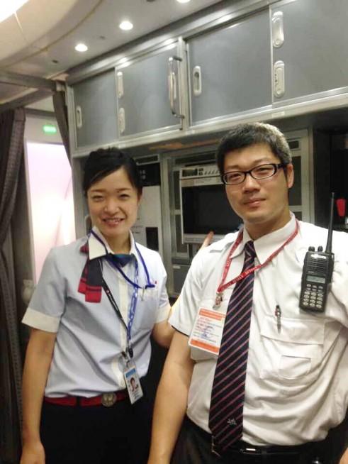 機内で整備士さんと。海外拠点は日本と比べ人数が少ないので違うセクション(整備、旅客、運航管理部門)であってもスタッフ間の距離が近いです。