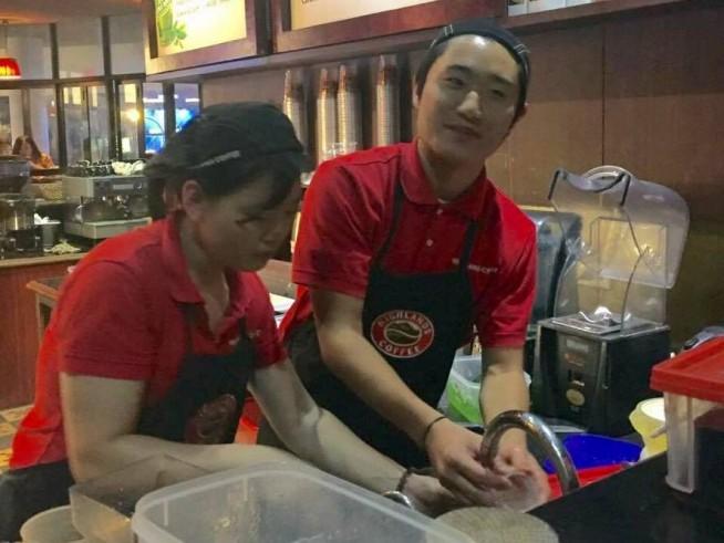 ベトナム人スタッフと協力して仕事しています