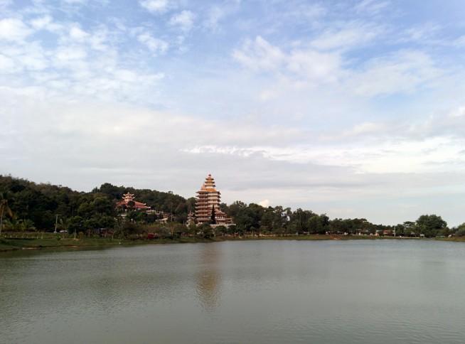 湖から望むヴァンリン寺(Chùa Vạn Linh)