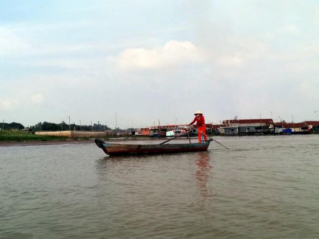 現地の方々は船を乗りこなしています