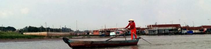 メコンデルタの街チャウドックでイスラム教徒のチャム族と水上生活集落を巡るクルーズ