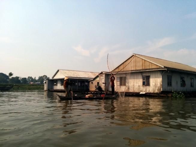 漁業を行う水上生活集落