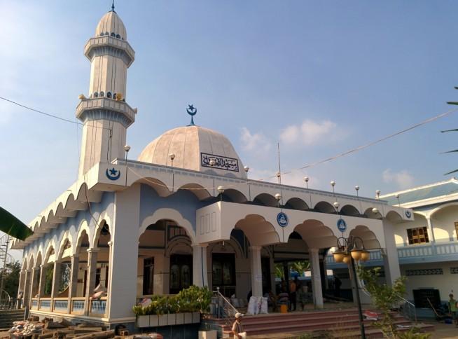 青と白が美しいエーサンモスク